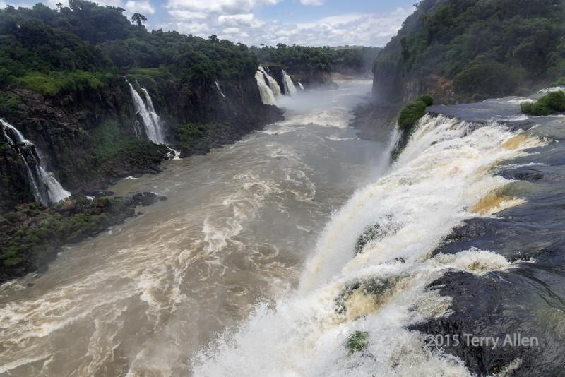 Looking-downstream-from-the-walkway,-Foz-do-Iguacu,-Brazil-side
