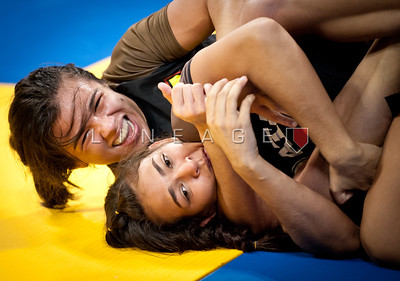 Ana Claudia from Nova Uniao attempts the choke on Beatriz Mosquito. Beatriz goes on to win the match.