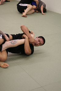 Jeau doing a Kneebar.