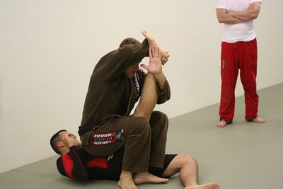 Paulo showing a Kneebar.