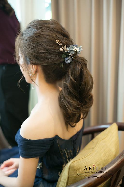 深藍色禮服新娘造型,新娘敬酒造型,永生花新娘髮型,鮮花新秘,馬尾新娘造型,台北新秘ariesy
