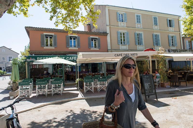 Inden længe vil Café des Arts fyldes - og boulekuglerne flyve