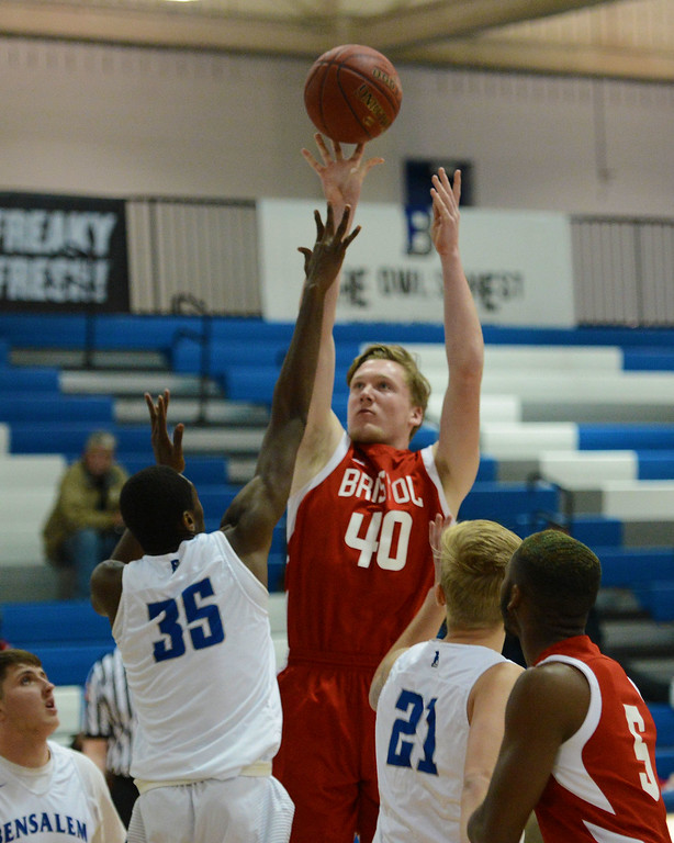 . Kevin Farrell (40) lines up a jump shot.