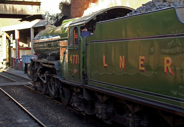 4771 Green Arrow, Bury, 28 October 2007 4 - 1510   The V2 (whose crew had been enjoying a cuppa in the buffet!) leaves the station to allow...