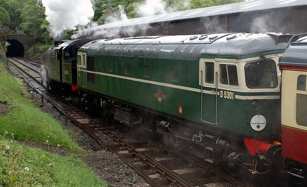 42085 & D5301 (26001), Haverthwaite, Sun 21 May 2006 4
