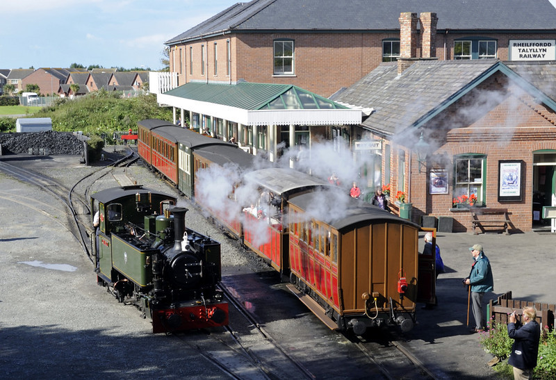 Tywyn Wharf station, Thurs 25 August 2011 - 1014.  A general view, with Tom Rolt running round the ECS for the 1030 departure.