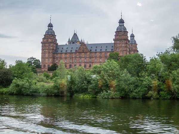 There was an occasional august building, like this, the Schloss Johannisburg in Aschaffenburg.  It was the official residence for the archbishops  of Mainz before Napoleon.