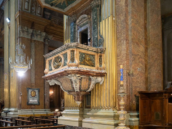 The side pulpit at the right of the previous picture.