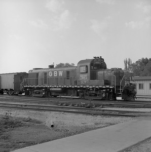 2018.008.GBW.D.063--bruce meyer 120 neg--GB&W--ALCO diesel locomotive 307 switching in yard scene--Green Bay WI--1986 0604