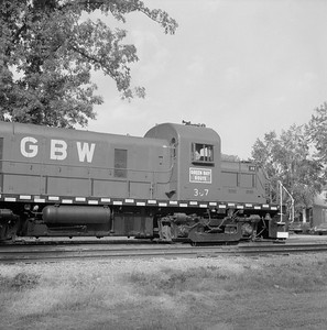 2018.008.GBW.D.062--bruce meyer 120 neg--GB&W--ALCO diesel locomotive 307 switching in yard scene--Green Bay WI--1986 0604
