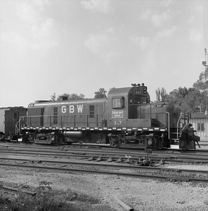 2018.008.GBW.D.064--bruce meyer 120 neg--GB&W--ALCO diesel locomotive 307 switching in yard scene--Green Bay WI--1986 0604