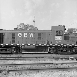 2018.008.GBW.D.059--bruce meyer 120 neg--GB&W--ALCO diesel locomotive 307 switching in yard detail--Green Bay WI--1986 0604