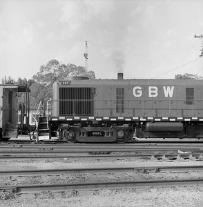 2018.008.GBW.D.060--bruce meyer 120 neg--GB&W--ALCO diesel locomotive 307 switching in yard detail--Green Bay WI--1986 0604