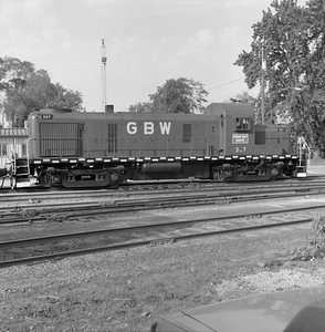 2018.008.GBW.D.067--bruce meyer 120 neg--GB&W--ALCO diesel locomotive 307 switching in yard scene--Green Bay WI--1986 0604