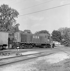 2018.008.GBW.D.061--bruce meyer 120 neg--GB&W--ALCO diesel locomotive 307 switching in yard scene--Green Bay WI--1986 0604