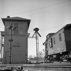 2018.008.IC.FD.0881--bruce meyer 120 neg--ICRR--handing up orders to caboose on Extra 9116 South freight train at Dean interlocking tower--Bloomington IL--1957 0504