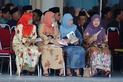 Hohe Gäste Diese Frauen gehören aber nicht zum Harem. Zur Zeit hat der Sultan nur eine Frau. Von der zweiten Frau ist er letztes Jahr geschieden worden.