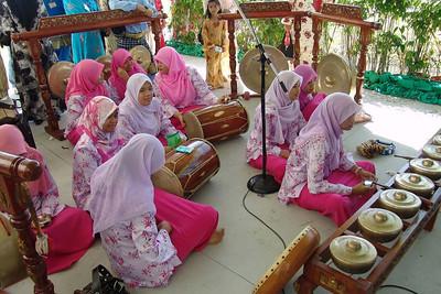 Eine Gruppe Mädchen spielt in den Pausen auf traditionellen Instrumenten.