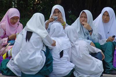 Eine Gruppe in Schuluniform.