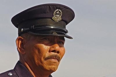 """Sicherheit. Dieser Polizist """"verjagt"""" uns vom Hubschrauberlandeplatz."""