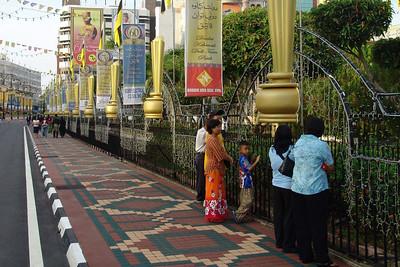 Der Padang war nur für geladene Gäste. Der Rest musste mit den billigen Plätzen am Zaun vorlieb nehmen. Gut, wenn man früh da war.