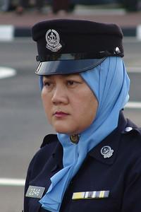 Auch die Polizistinnen tragen ein Kopftuch.