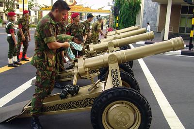 Die Kanonen für den Salut. Sie wurden abgefeuert, nachdem der Sultan kam. Wir haben uns ganz schön erschreckt.