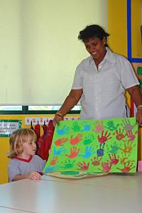Richard bekommt sein Abschiedsgeschenk im Kindergarten.