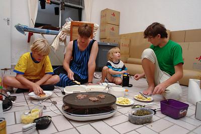 Die Wohnung ist fast leer und wir essen unsere letzte Mahlzeit im Haus. Auf dem Fussboden.