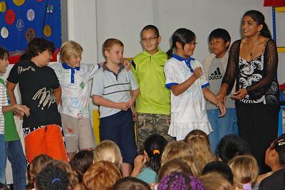 """Abschied für Oskar in der Schule. Er durfte seine drei besten Freunde (Zac, Morris und Danial) mit auf die Bühne holen. Danial (grünes T-Shirt) wurde gefragt, was er denn so an Oskar mochte und er sagte, dass er Oskar mochte, weil er so """"crazy"""" war. Danial ist das genaue Gegenteil von """"crazy."""""""