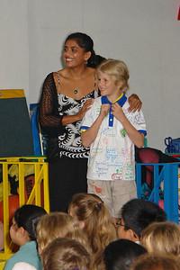 Oskar mit Miss Gita, eine Lehrerin der Panaga Schule.