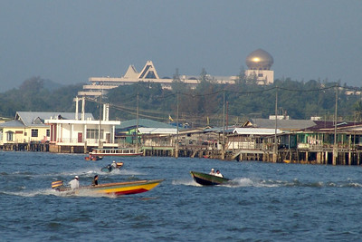 Kontraste: Kampong Ayer mit dem Sultanspalast im Hintergrund.