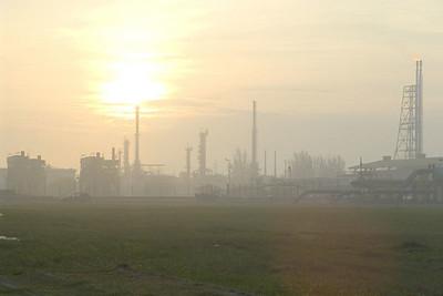 Die Raffinerie im Morgengrauen.