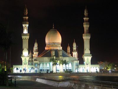 Eine Moschee in Kuala Belait bei Nacht.