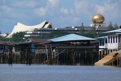Der Palast des Sultans über der Wasserstadt (Kampong Ayer).