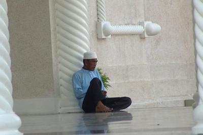 Ein Gläubiger vor einer Moschee in Bandar.