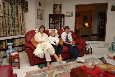 Die erste Hari Raya Einladung dieses Jahr war bei Salmah und Roeloff. Sie wohnen in Lumut, auf halbem Weg zwischen Seria und der Hauptstadt Bandar. Roeloff ist Holländer und seid vielen Jahren als Arzt tätig in Brunei. Er ist Moslem. Sonst hätte er Salmah hier in Brunei nicht heiraten und eine Familie gründen können.