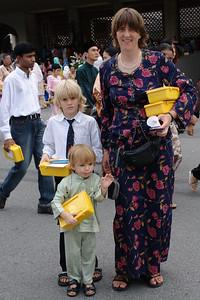 Am Ende bekamen alle ein Geschenk. In den gelben Dosen war Naschzeug. Die Kinder bekamen einen Umschlag mit 5 Brunei Dollar, etwa 2.50 Euro. Das Geld ist für viele Familien mit Kindern ein großer Anreiz zu kommen.