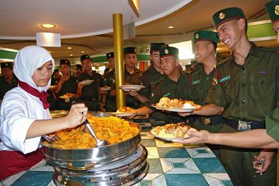 Essensausgabe. Bevor man sich zum Händeschütteln anstellt kann man essen. Das Militär hatte natürlich Vorrang.