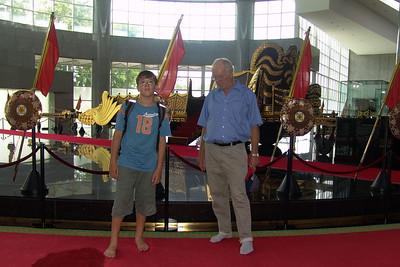 Ludwig mit Opa vor der grossen Kutsche in der Royal Regalia.