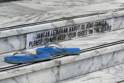 Können die Leute nicht lesen? Vor einer Moschee müssen die Schuhe abgelegt werden. Aber doch nicht Mitten auf der Treppe...