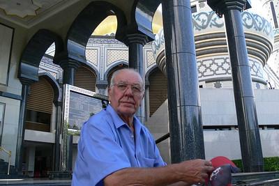 Opa erich vor einer Moschee.