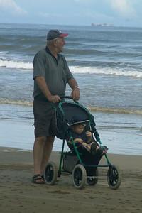 Opa mit seinem jüngsten Enkel am Strand des südchinesischen Meeres.