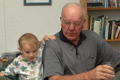 Opa bereitet Richard aufs schlafen gehen vor. Wickeln wollte er ihn aber nicht.