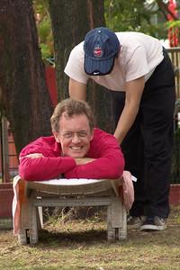 Mark bekommt eine wohlverdiente Massage nach dem Triatlon.