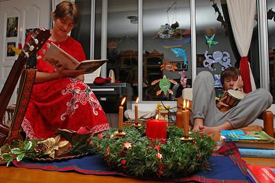 Alle Jahre wieder... Helga liest die Weihnachtsgeschichte vor und die Kinder hören gebannt zu!