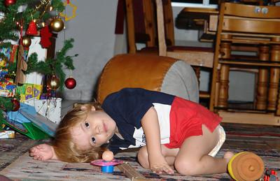 Jetzt schleicht Richard sich an den Weihnachtsbaum an. Endlich Geschenke!