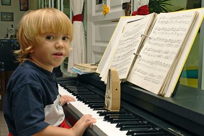 "Jetzt wird musiziert. Richard spielt ""Jingle Bells"". Geht noch nicht ohne Metronom."