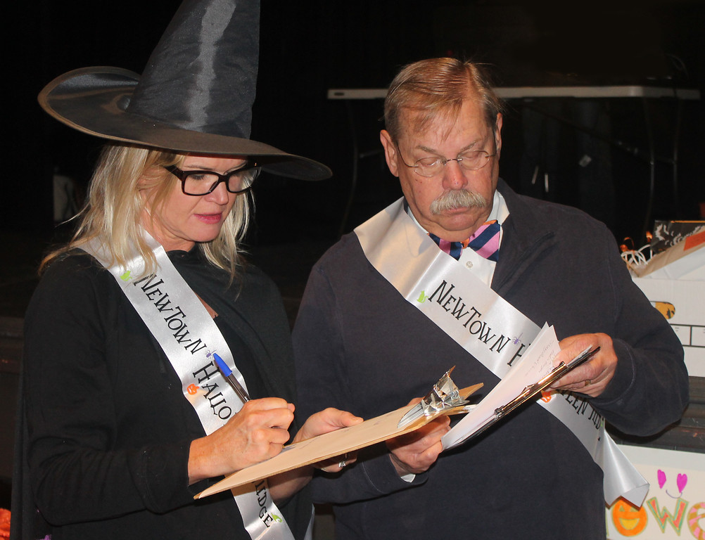 . Heather Lewis and Mayor Charles Swartz tally the scores.