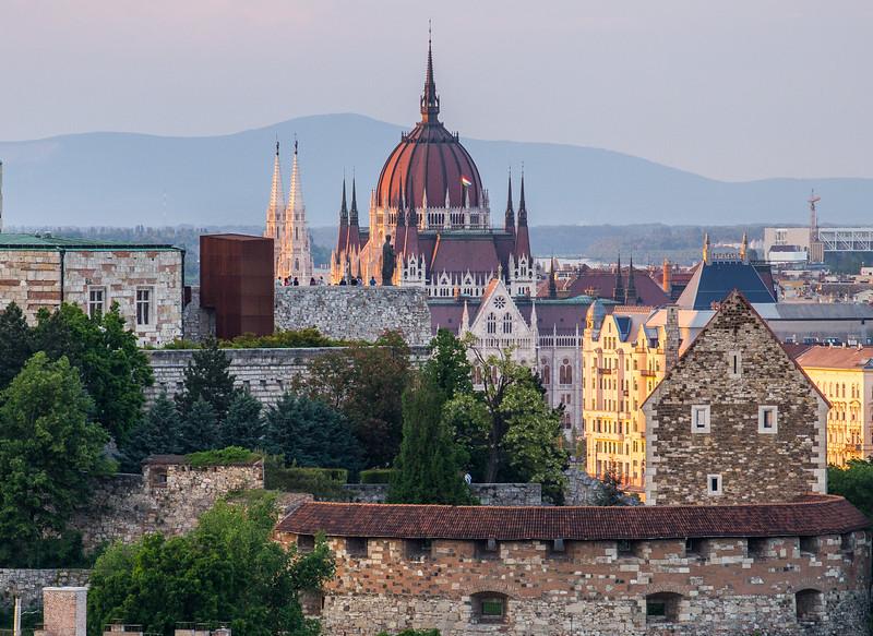 Várkert Bazár, Parlament és a Naszály-hegy